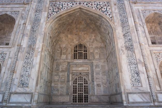 Boog de taj mahal en de textuur van het gebouw agra, india. taj mahal wordt algemeen erkend als het juweel van moslimkunst en een van de universeel meesterwerken van de wereld
