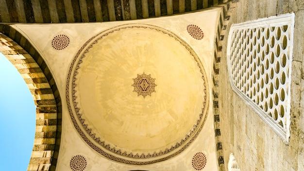 Boog in de blauwe moskee in istanboel, turkije.