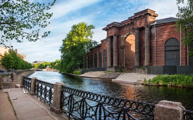 Boog van het bakstenen gebouw van new holland in st. petersburg