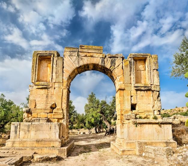 Boog van keizer severus alexander in dougga in tunesië, noord-afrika