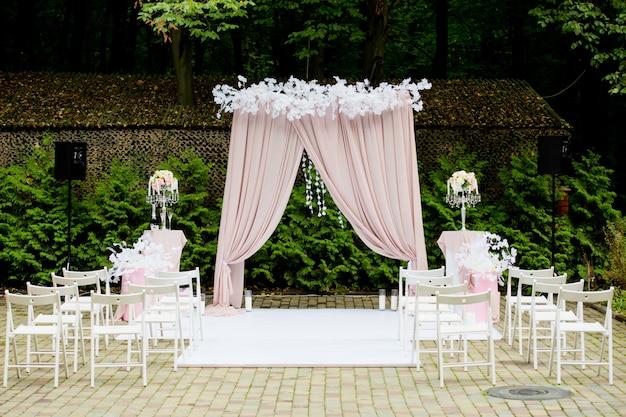 Boog voor de huwelijksceremonie in een rustieke stijl. bruiloft decoraties.