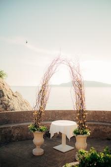 Boog voor de huwelijksceremonie op zee