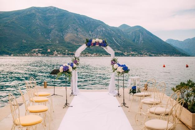 Boog voor huwelijksceremonie op zee
