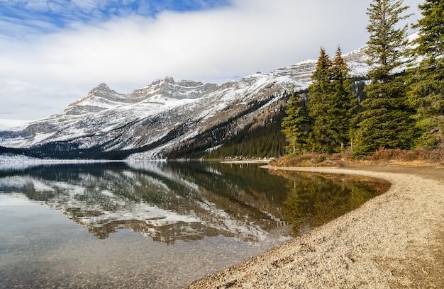 Boogmeer met rotsachtige bergbezinning in het nationale park van banff, alberta, canada