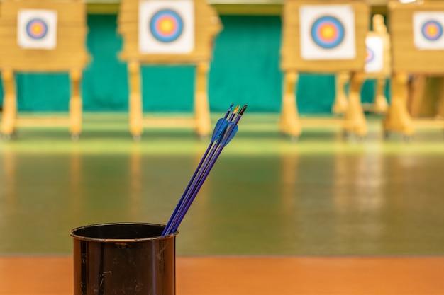 Boogschieten in de sporthal. competitie voor de beste schiet een pijl in doelen