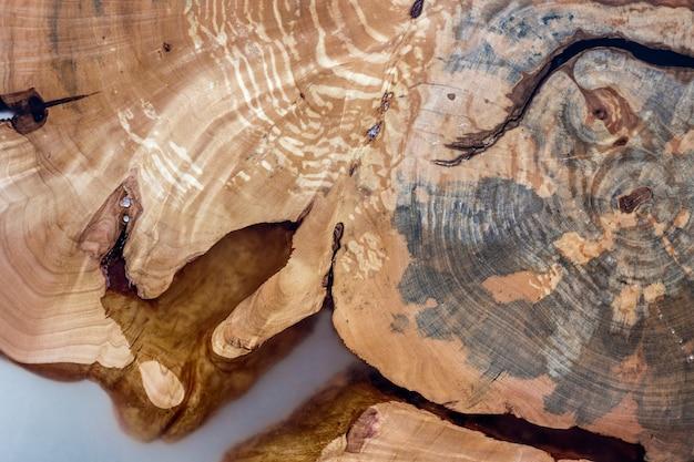 Boom gesneden segment sectie, ongelijke vorm, natuurlijke textuur, zacht gekleurde bruine en gele stomp natuurlijke vintage gebarsten oud kleurrijk. doe het zelf kunstconcept.