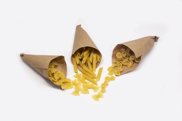 Boom papieren zakken met pasta geïsoleerd op witte achtergrond