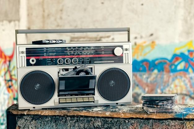 Boombox met veel cassettes op een grunge