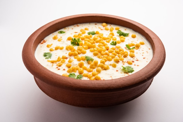 Boondi raita is een noord-indiase bijgerechtvariëteit gemaakt met gekruide yoghurt en boondi of knapperige gebakken grammeelballen