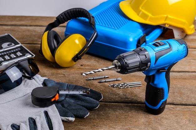 Boor en set van boor, gereedschap, timmerman en veiligheid, beschermingsmiddelen