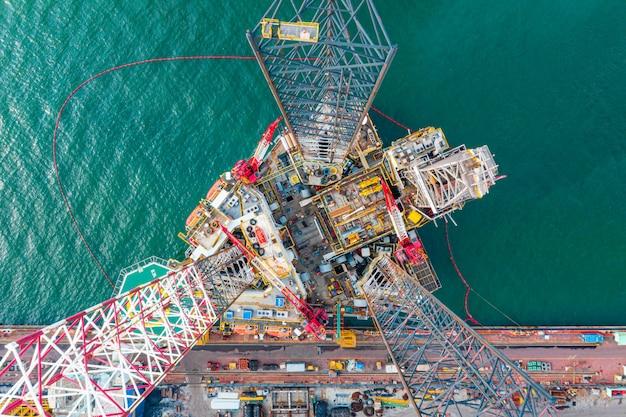 Booreiland bovenaanzicht, luchtfoto van jack-up rig met onderhoudsinstallatie