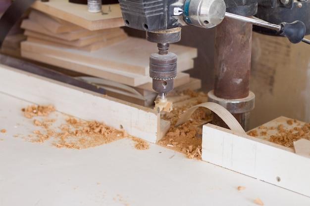 Boormachine met mondstuk in de meubelmakerij