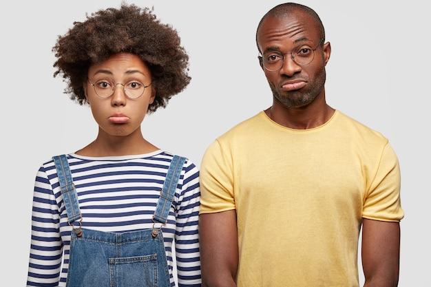 Boos afrikaans aerican-vrouwtje en zijn vriend hebben ongelukkige uitdrukkingen