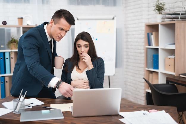 Boos baas schreeuwen tegen zwangere werknemer