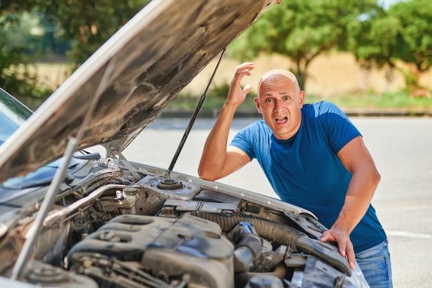 Boos bestuurder man vooraan auto botsing ongeval in de weg.