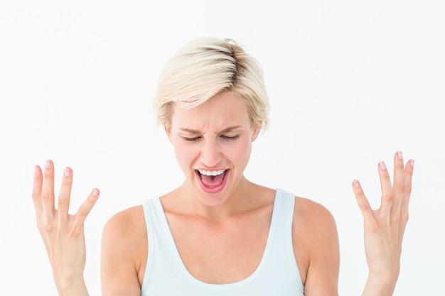 Boos blonde die met omhoog handen schreeuwen