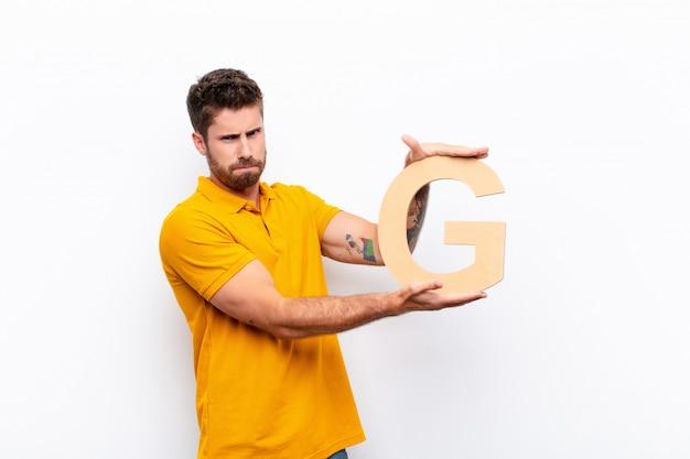 Boos, boosheid, onenigheid, de letter g van het alfabet vasthouden om een woord of zin te vormen.