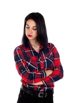 Boos donkerbruin meisje met rood plaidoverhemd