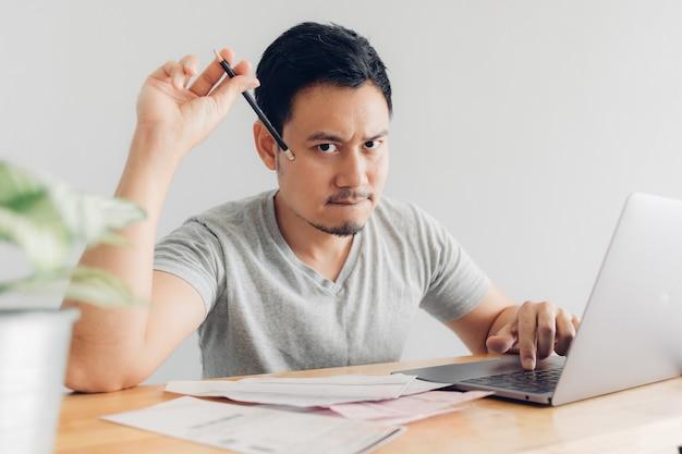 Boos en serieuze man heeft problemen met facturering en schulden.