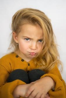 Boos en verdrietig meisje
