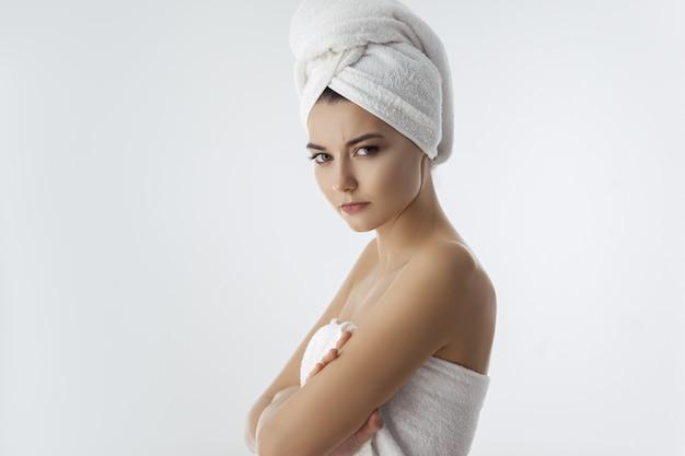Boos en verrast geschokt vrouw uit douche. mooi jong vrouwenmodel.