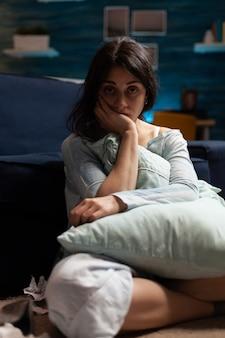 Boos gefrustreerde depressieve vrouw verzonken in fychotische gedachtentic