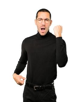 Boos jonge man doet een competitief gebaar