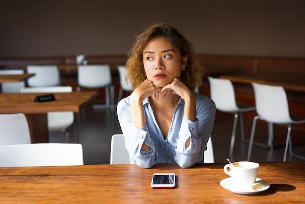 Boos jonge vrouwelijke manager op haar koffiepauze