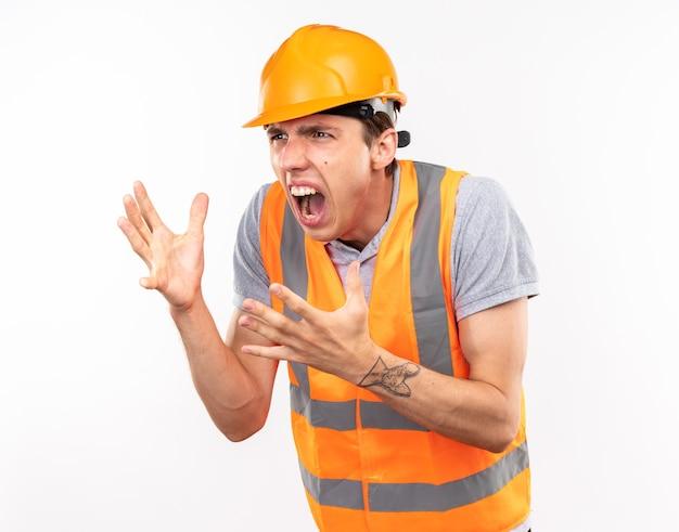 Boos kijkende jonge bouwman in uniform