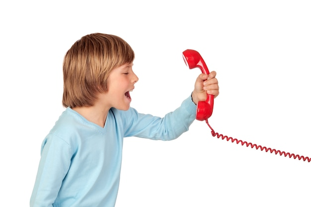 Boos kind dat bij telefoon schreeuwt die op witte achtergrond wordt geïsoleerd
