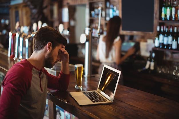 Boos man met laptop