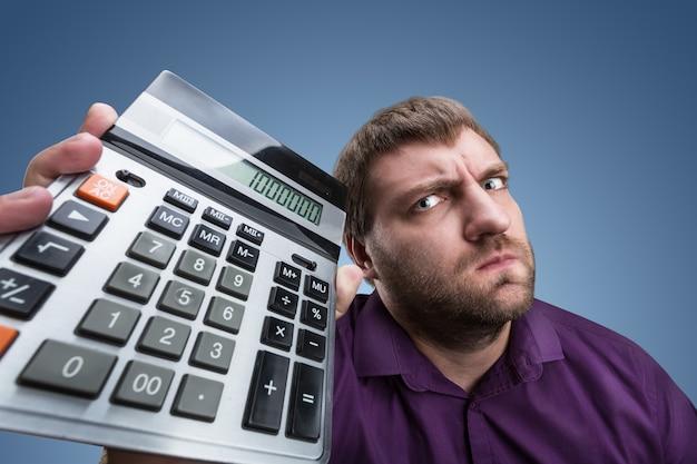 Boos man met rekenmachine