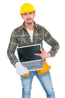 Boos manusje van alles die op laptop richten