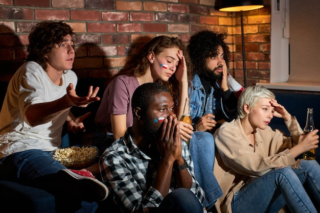 Boos mensen kijken naar sportwedstrijd, chsmpionship thuis, zorgen maken over het spelen van favoriete nationale basketbal, tennis, op de bank zitten en bier drinken, popcorn eten