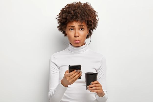 Boos mooie vrouw leest e-mail met een slechte melding, maakt zich zorgen over mislukken