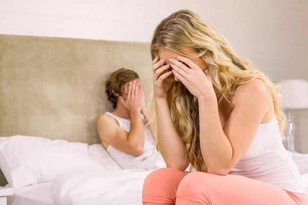Boos paar mokkend elkaar in de slaapkamer