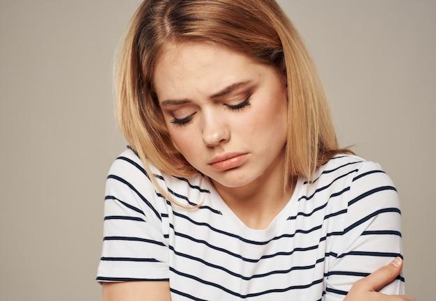 Boos vrouw huilen op beige achtergrond emoties bijgesneden weergave. hoge kwaliteit foto