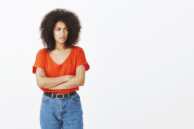 Boos vrouw met afro kapsel poseren in de studio