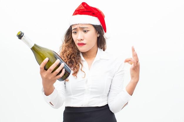 Boos zakenvrouw leesetiket op champagne