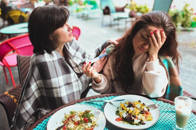 Boos zorgen vrouw positieve zwangerschapstest tonen aan haar moeder