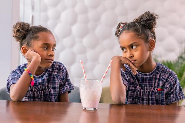 Boos zusters. leuke stijlvolle zussen die zich extreem verdrietig en overstuur voelen na ruzie met elkaar