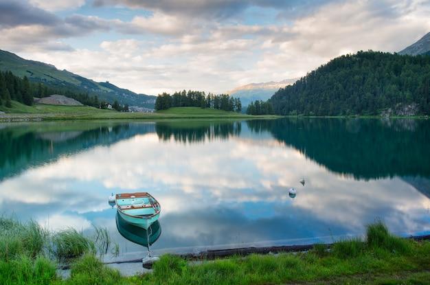 Boot afgemeerd in een alpine meer in zwitserland