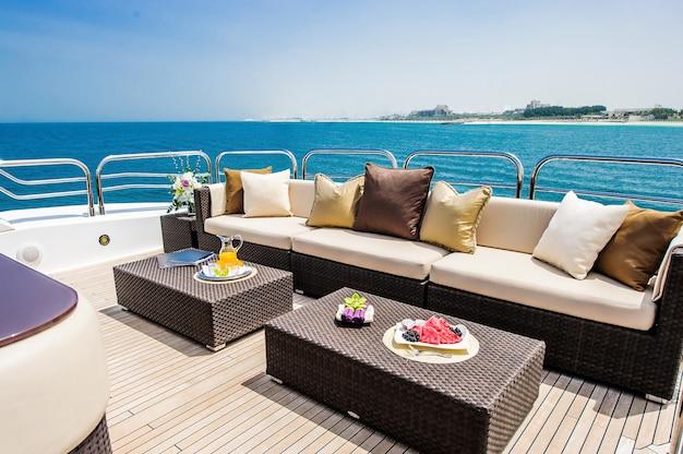 Boot boog zeilen in blauwe middellandse zee in zomervakantie