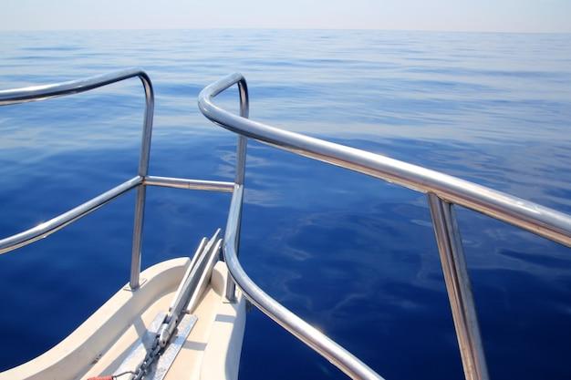 Boot die blauw kalm oceaan overzees boogtraliewerk vaart