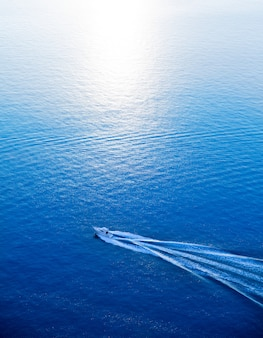 Boot die blauwe middellandse zee luchtmening kruisen