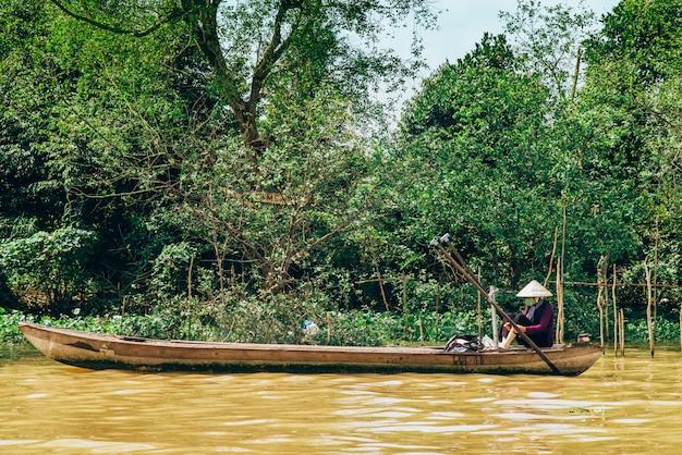 Boot die langs de beroemde mekong rivier in vietnam vaart