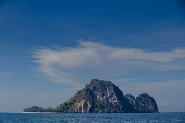 Boot en blauwe lucht met zee