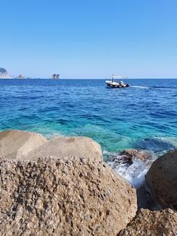 Boot in de adriatische zee, petrovac, montenegro