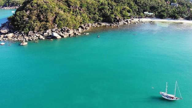 Boot in de buurt van tropische kust