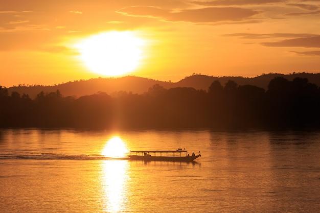 Boot in de mekong rivier, chiang khan, thailand